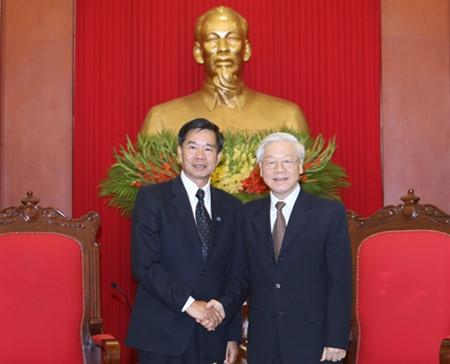 KPV-Generalsekretär Nguyen Phu Trong empfängt Bürgermeister von Vientiane