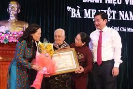 """四十位越南母亲荣获""""越南英雄母亲""""称号"""