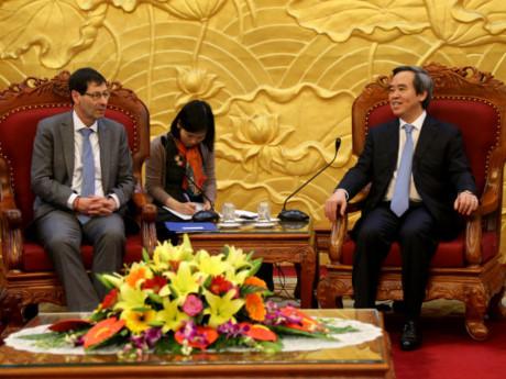 中央经济部部长阮文平会见IMF专家