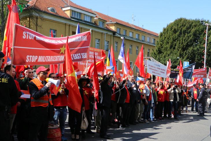 Hình ảnh người Việt ở Séc biểu tình phản đối Trung Quốc quân sự hóa biển Đông