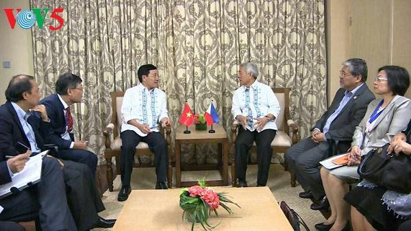 Außenminister Pham Binh Minh triff seine Amtskollegen von den Philippinen und Indonesien