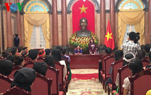 Vice President Dang Thi Ngoc Thinh receives ethnic students