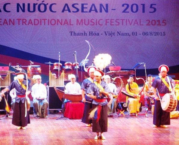 文化体育旅游部艺术表演局副局长范廷胜说:东盟各国传统音乐节是我们交流和学习东盟各国传统音乐,进一步了解各国传统音乐。进而吸收各国文化精华和传统,将其与本国音乐相结合,以丰富音乐艺术的机会。本次音乐节富有传统音乐特色。这是包括越南在内的东盟各国传统音乐大放异彩的节日。 音乐节也是东盟各国艺术家见面、交流创作经验,以及展示各国艺术创新潮流的平台。音乐节上的艺术节目的内容和表演形式十分丰富,如:乐器独奏、合奏,传统曲调戏剧表演,民歌演唱等,极富各国民族文化特色。 范廷胜说:共同语言主要是各国传统音乐。在这里