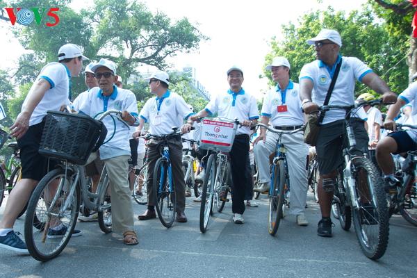 "perjalanan  hijau-gerak jalan dan bersepeda untuk menyambut  ""jam bumi-2017"" hinh 0"