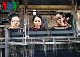 エテ族の伝統的織物業の守るヒアムさん hinh 0