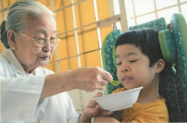 仁愛の心を持つ医師タ・ティ・チュンさんたち hinh 0