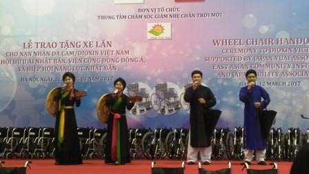 鳩山由紀夫元首相、ヘトナム障かい者等に車椅子を寄贈 hinh 5