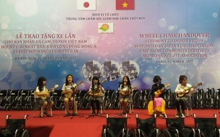 鳩山由紀夫元首相、ヘトナム障かい者等に車椅子を寄贈 hinh 7