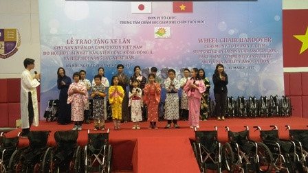 鳩山由紀夫元首相、ヘトナム障かい者等に車椅子を寄贈 hinh 6