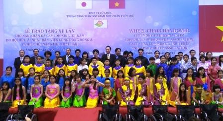 鳩山由紀夫元首相、ヘトナム障かい者等に車椅子を寄贈 hinh 8
