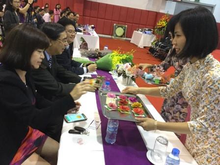 鳩山由紀夫元首相、ヘトナム障かい者等に車椅子を寄贈 hinh 3