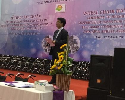鳩山由紀夫元首相、ヘトナム障かい者等に車椅子を寄贈 hinh 2