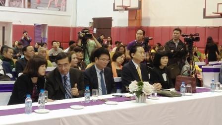 鳩山由紀夫元首相、ヘトナム障かい者等に車椅子を寄贈 hinh 1