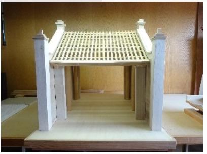 ハノイ博物館 日本の建築士か復旧した古い村の門の模型を受ける hinh 0