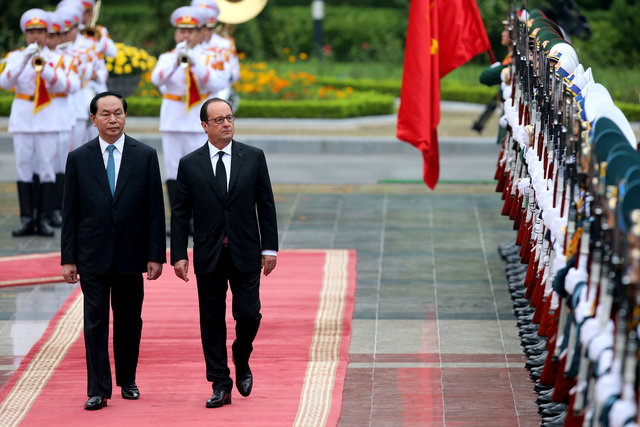 vietnamese french people accompany president hollande to visit vietnam hinh 0