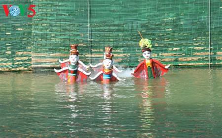 ハノイ郊外にあるタオトゥック村の水上人形劇 hinh 1
