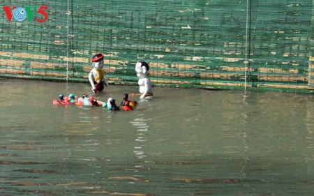 ハノイ郊外にあるタオトゥック村の水上人形劇 hinh 3