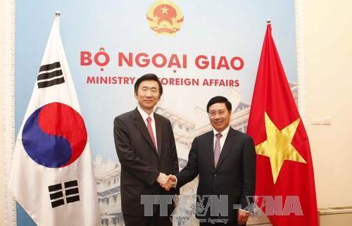ミン副首相兼外相、韓国外交部の尹長官と会談 hinh 0