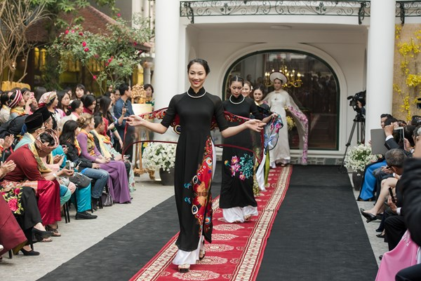 (VOVworld) – Lanhuong Fashion House in Au Co road by Hanoi's West Lake is an attractive new place on Hanoi's tourism map. An Ao dai show at Lanhuong Fashion House