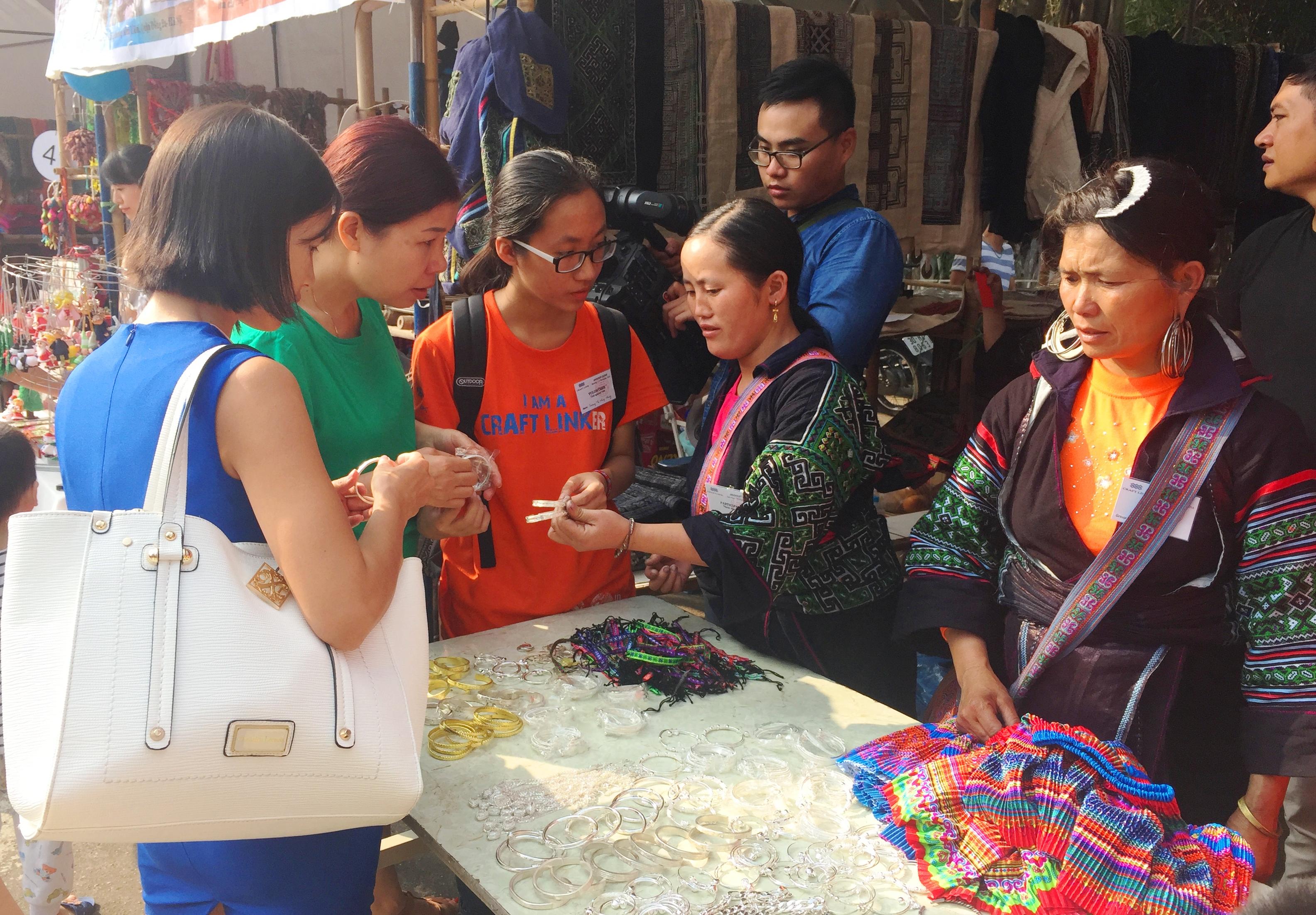 bazaar brings minorities' traditional handicrafts to urban dwellers hinh 4