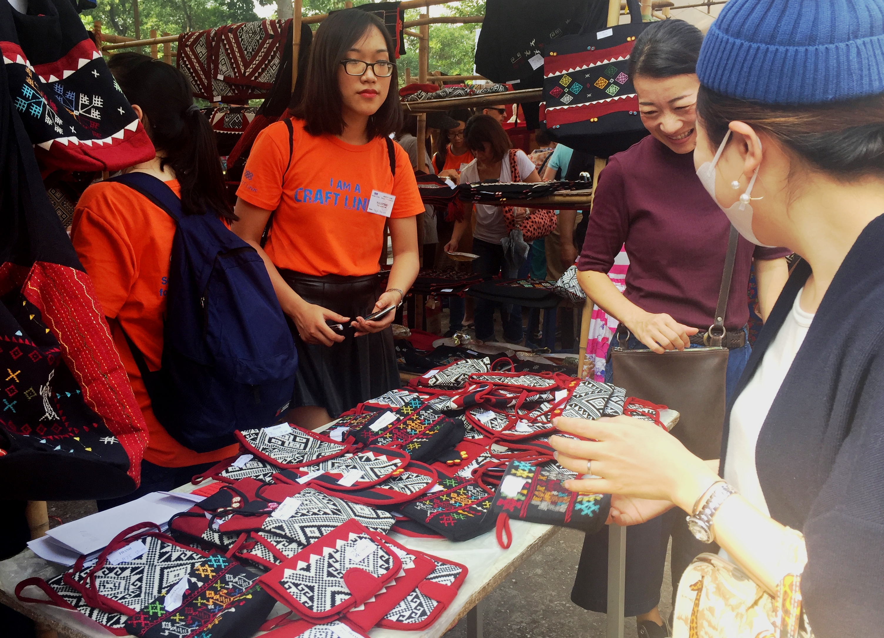 bazaar brings minorities' traditional handicrafts to urban dwellers hinh 3
