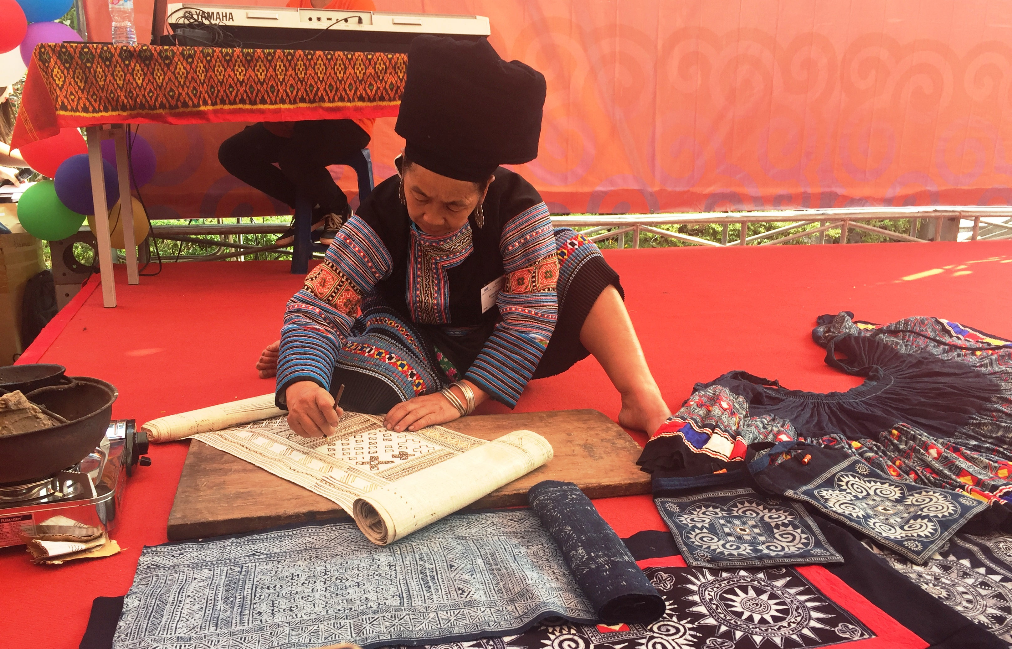bazaar brings minorities' traditional handicrafts to urban dwellers hinh 1