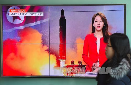 People watched a news broadcast about North Korea's missile test at a Seoul station on Sunday. (Photo: AFP/VNA)