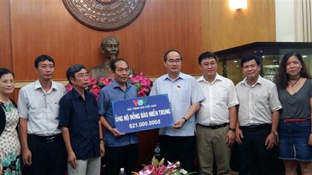 ketua pengurus besar front tanah air vietnam, nguyen thien nhan menerima bantuan untuk warga di daerah vietnam tengah hinh 0