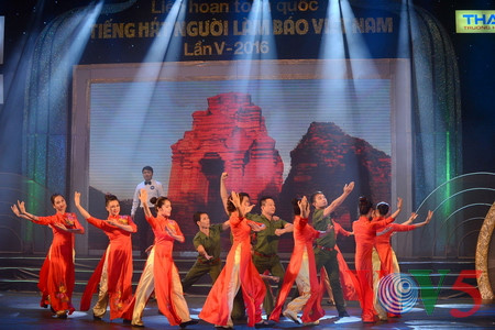 "Medley ""Hanoi autumn"" advances to final round of Vietnam Journalists' Singing Festival 2016"