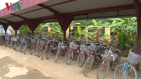 poor students continue their education thanks to borrowed bicycles  hinh 0