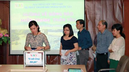 vov5 con las victimas de inundaciones en centro vietnamita hinh 0
