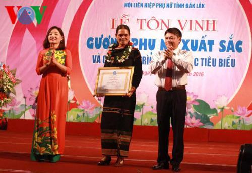 h'bop ayun, una mujer distinguida de la provincia de dak lak hinh 0