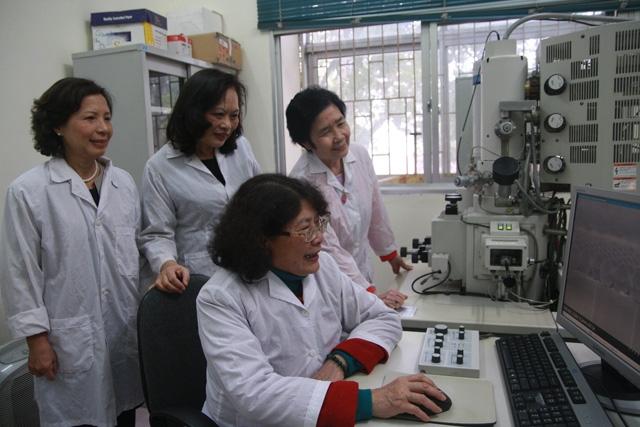 investigadoras vietnamitas apasionadas de la ciencia hinh 1