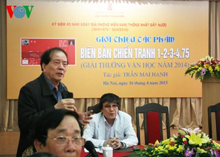 """el periodista tran mai hanh y el exito de su libro """"acta de guerra 1-2-3-4.75"""" hinh 1"""