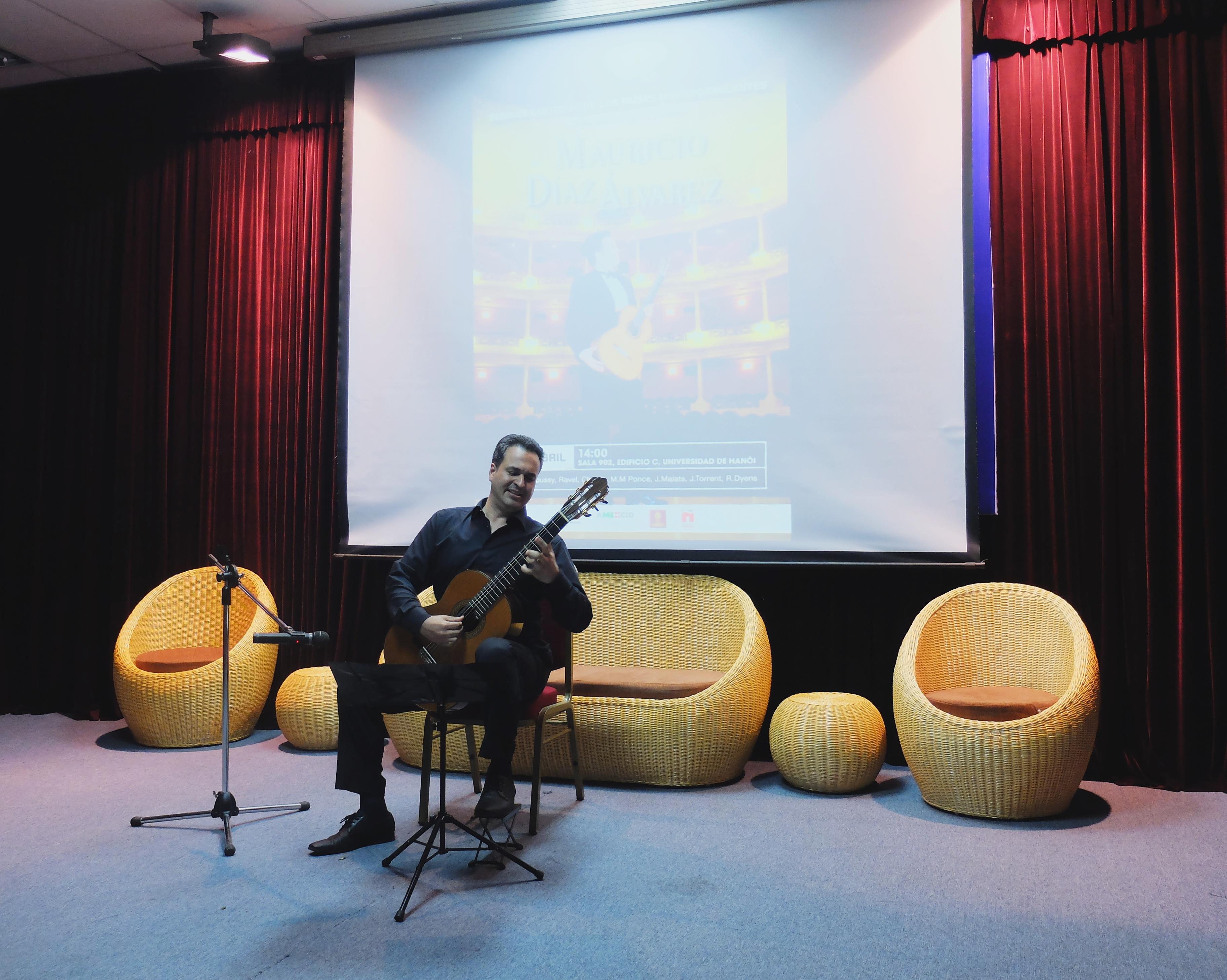 guitarrista mexicano actua en la semana cultural de los paises hispanohablantes en hanoi hinh 0
