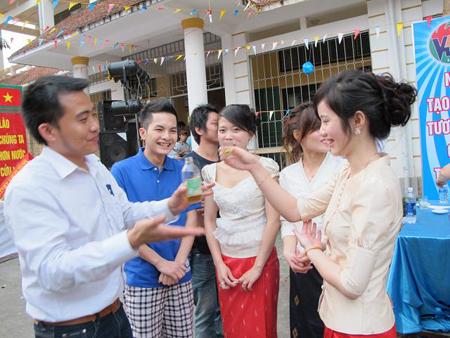 memperkenalkan sepintas lintas tentang  para mahasiswa laos yang belajar di vietnam hinh 0