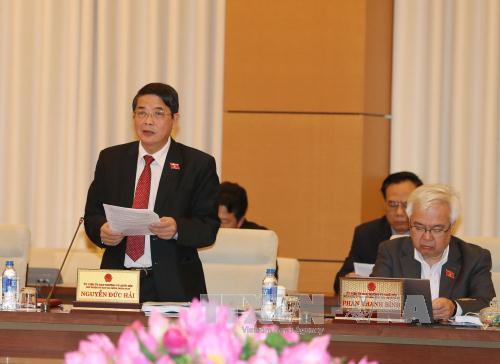 越南国会常委会讨论《公债管理法修正案(草案)》 hinh 0