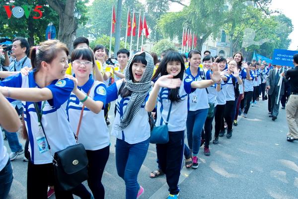 越南工贸部举行响应2017年地球一小时活动的跑步和骑车绿色行程 hinh 0