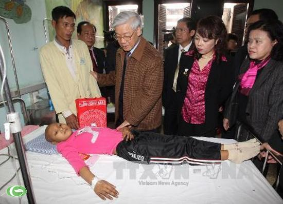 Party leader Nguyen Phu Trong visits K and national hospital of pediatrics