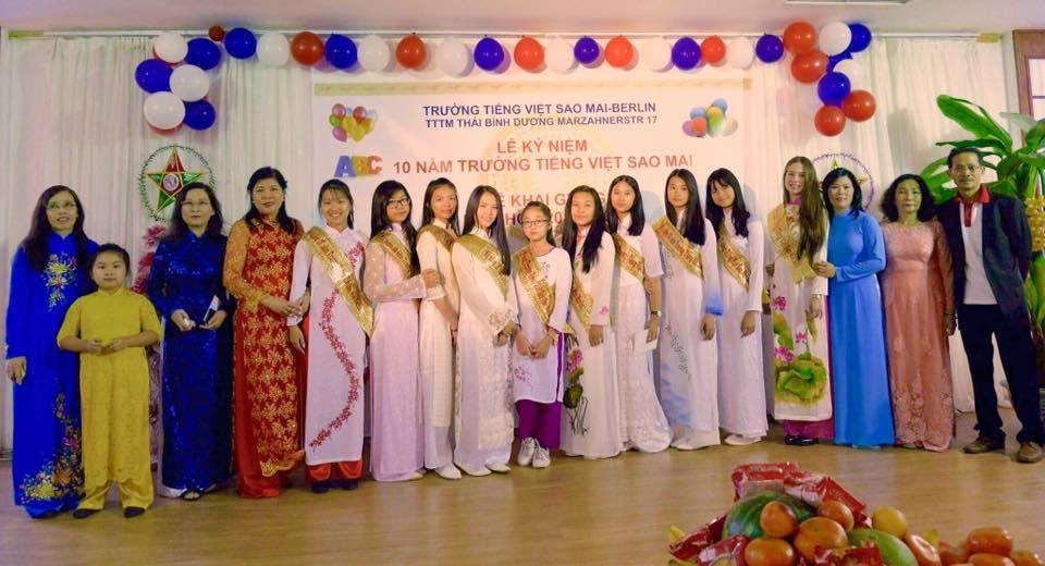 Cô trò trường Tiếng Việt Sao Mai, Berlin cùng quý phụ huynh nhân 10 năm thành lập trường.