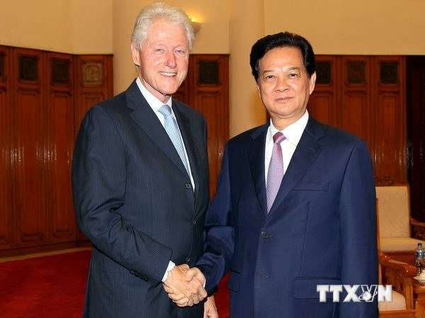 Prime Minister Nguyen Tan Dung receives former US President Bill Clinton