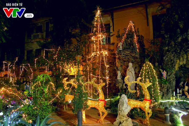 บรรยากาศฉลองเทศกาลครสตมาสในกรงฮานอย hinh 10