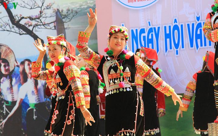 เทศกาลดอกกาหลงเดยนเบยน2017 ศนยรวมวฒนธรรมชนเผาในเขตเขาตอนบน hinh 0