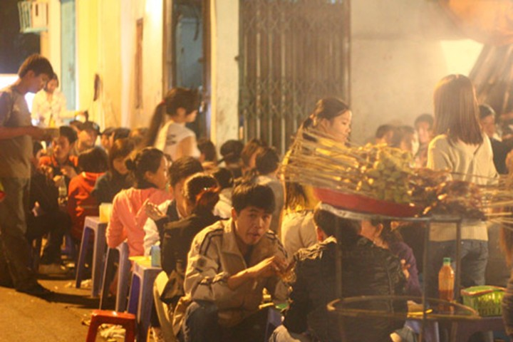 foreigners experience hanoi's life and culture hinh 2