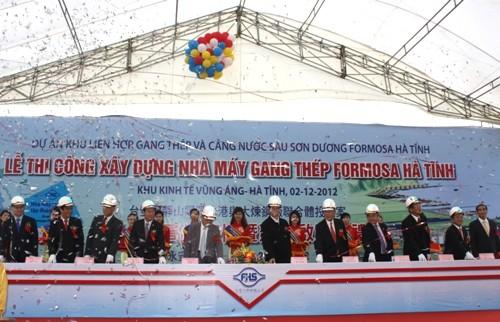 El premier Nguyen Tan Dung y dirigentes locales en la ceremonia de inicio de la construción de la planta de acero de Formosa Ha Tinh