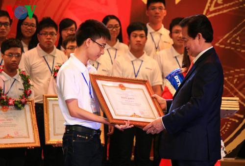 El premier entrega méritos a los alumnos sobresalientes del país