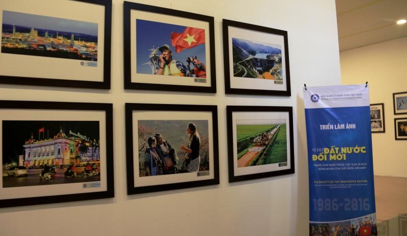 越南艺术摄影与国家革新同行的30年 hinh 0