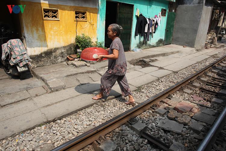 жизнь населения вблизи железнои дороги в ханое hinh 7