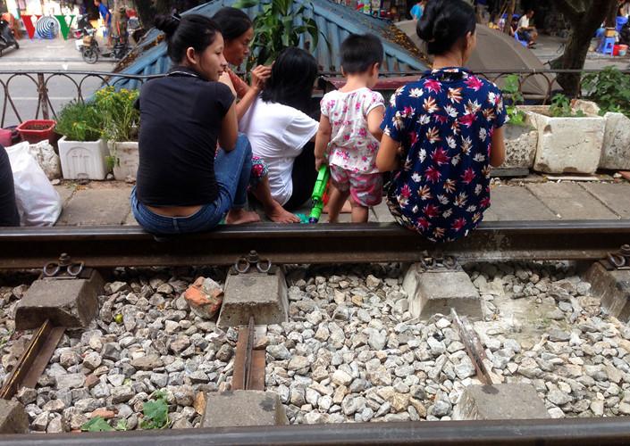 жизнь населения вблизи железнои дороги в ханое hinh 9