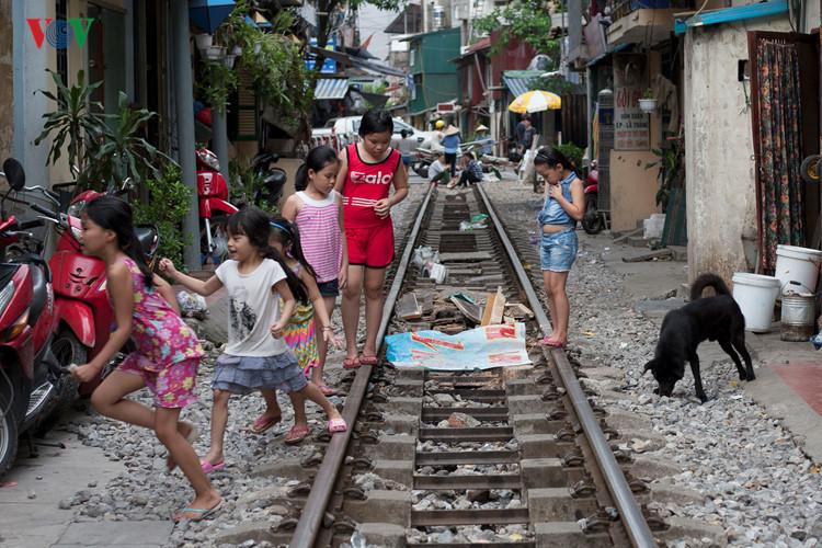 жизнь населения вблизи железнои дороги в ханое hinh 14
